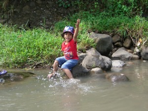 Anak saya sih tetap happy main air (dok pribadi)