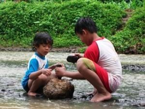 Asyik main di sungai - anakku (baju biru) dan temannya (doc: pribadi)