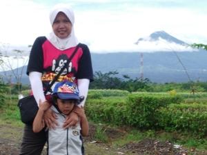 Istri & anak - latar belakang gunung - pemandangan dari sekitar rumah (doc: pribadi)