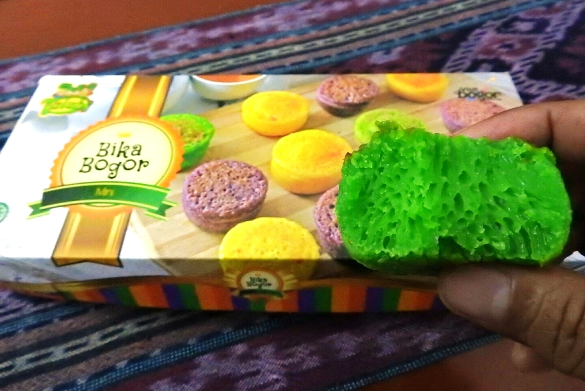 Pori-pori kue Bika Bogor tanda lembutnya kue